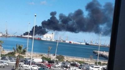 الجيش الليبي يستهدف سفينة شحن تركية تحمل أسلحة في ميناء طرابلس