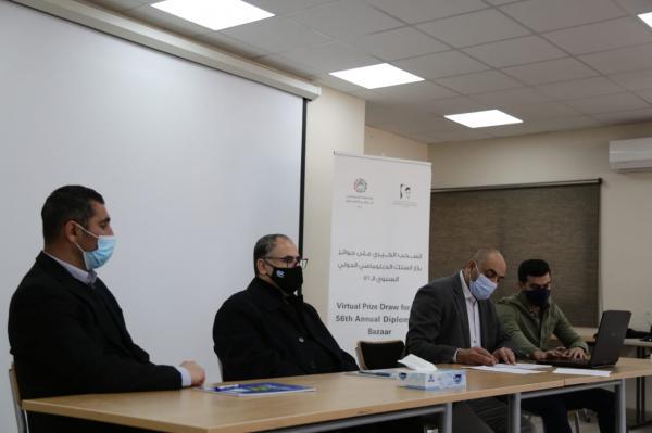 السحب على جوائز المشاركين في بازار  السلك الدبلوماسي الدولي لمبرة ام الحسين