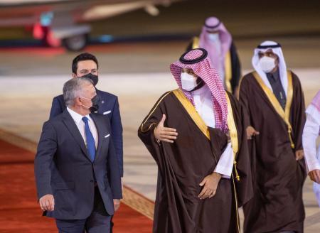 الملك يلتقي ولي العهد السعودي (صور)