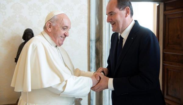 رئيس الوزراء الفرنسي يهدي بابا الفاتيكان قميصا وقّع عليه ميسي
